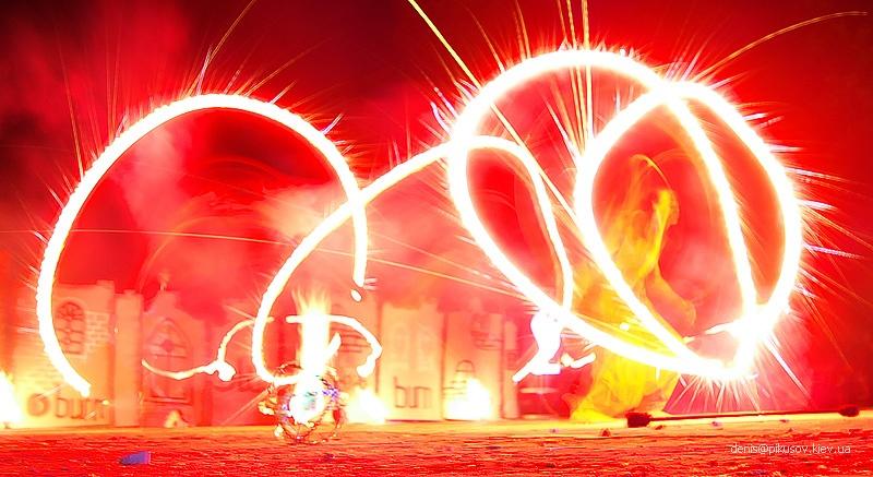 http://pikusov.kiev.ua/fire_show/fire_1_w.jpg